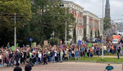 Hollanda'da protesto: Mark Rutte dans etmesini bilmiyor